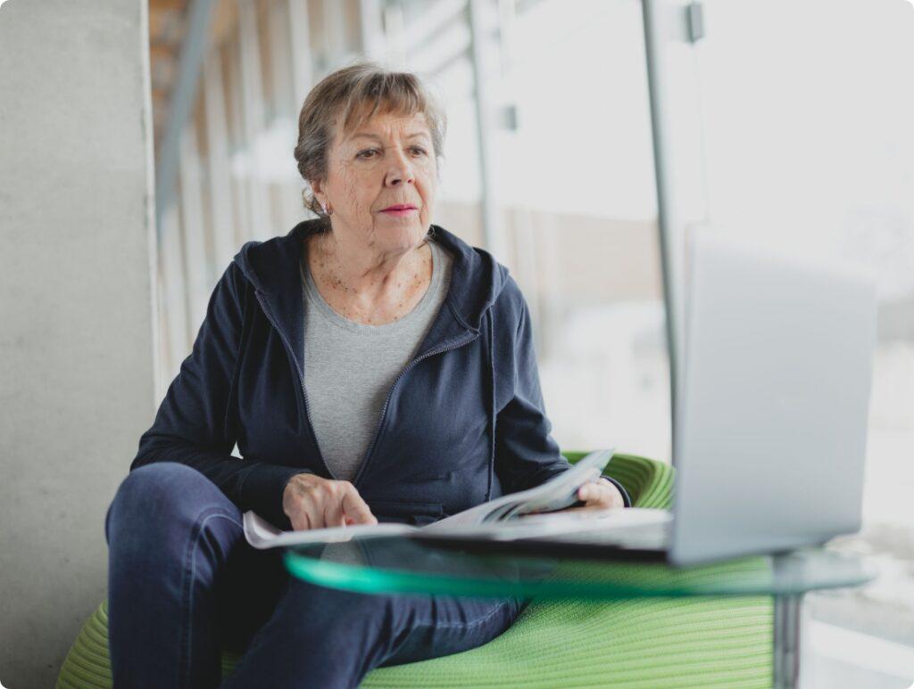 Patienten sind einzigartig - Ältere Dame hört Dr. Fröhlich zu bei der Befunderklärung (Dr. Fröhlich sieht man nicht im Bild),