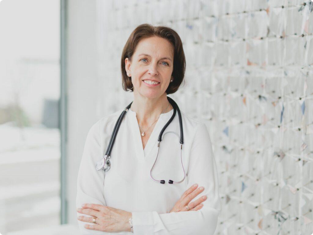 Energie und Kraft für die Arbeit - man sieht Dr. Fröhlich mit weißer Bluse und einem Stethoskop