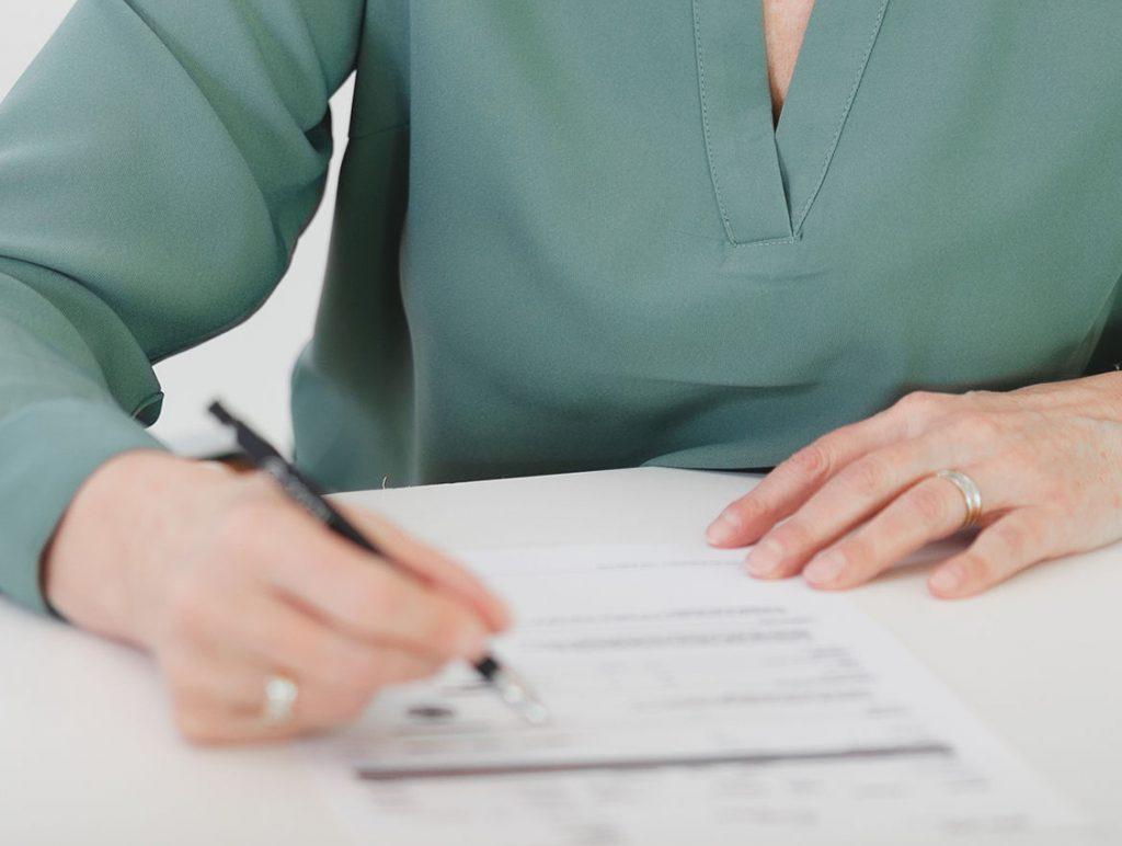 Terminbuchung - Man sieht Dr. Fröhlich schreibend am Schreibtisch